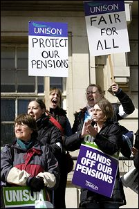 Public sector workers strike to defend their pension