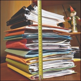 Overworked stress pile stack work books files Alexandre Duret-Lutz (Creative Commons), photo Alexandre Duret-Lutz (Creative Commons)