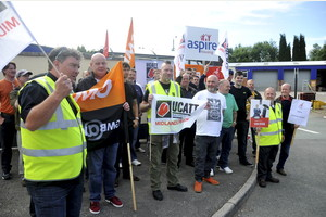Aspire Housing workers; previous strike action, photo by Andy Bentley