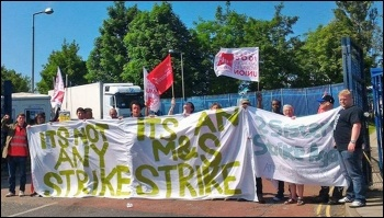 BFAWU members striking against Pennine Foods' contract changes, photo by Alistair Tice