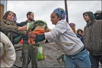 Volunteers in Calais distributing aid to refugees, photo Paul Mattsson