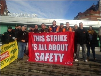 RMT pickets in Basingstoke, against DOO, 10.11.17, photo by Nick Chaffey