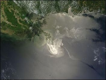 Extent of surface oil slick on May 24 2010, photo NASA