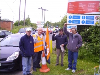 Pickets at Beighton recycling centre, Sheffield, photo by Alistair Tice